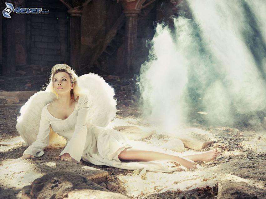 blondynka, anioł, białe skrzydła, dym