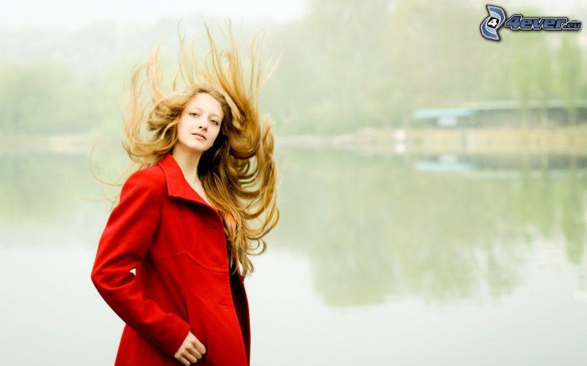 blondynka, rozwiane włosy