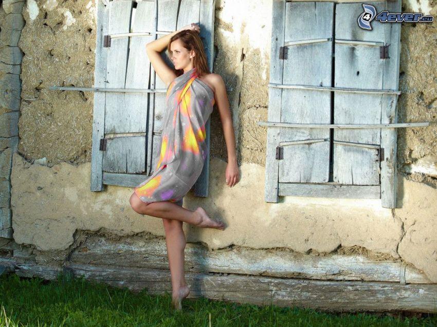 brunetka, stary mur