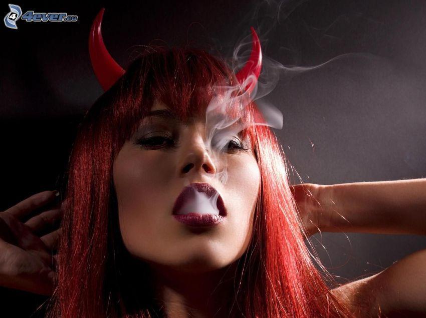 diablica, dym, rudowłosa