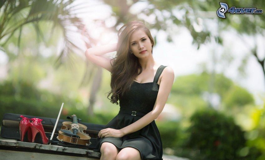dziewczyna, czarna sukienka, skrzypce, szpilki