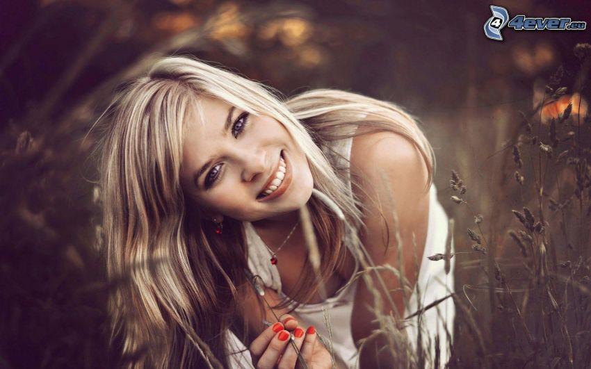 dziewczyna w trawie, blondynka, uśmiech