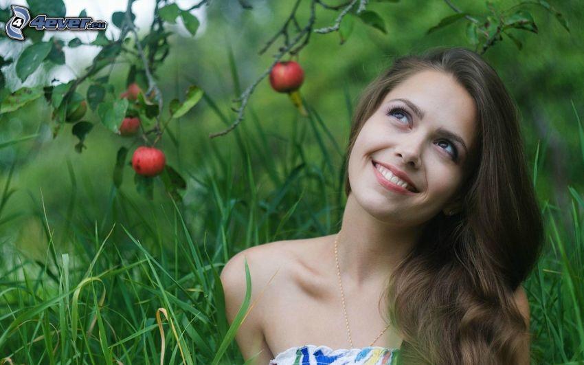kobieta, uśmiech, trawa, jabłoń