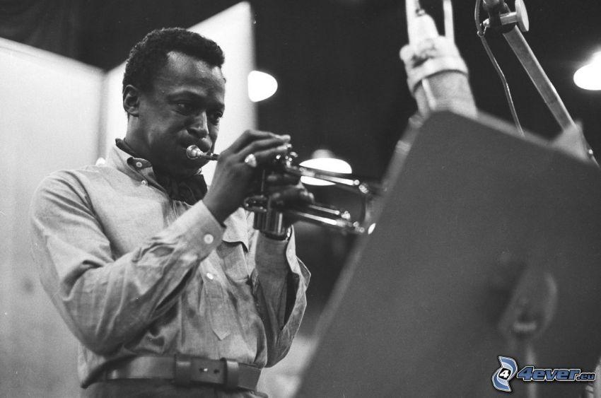 Miles Davis, gra na trąbce, czarno-białe zdjęcie