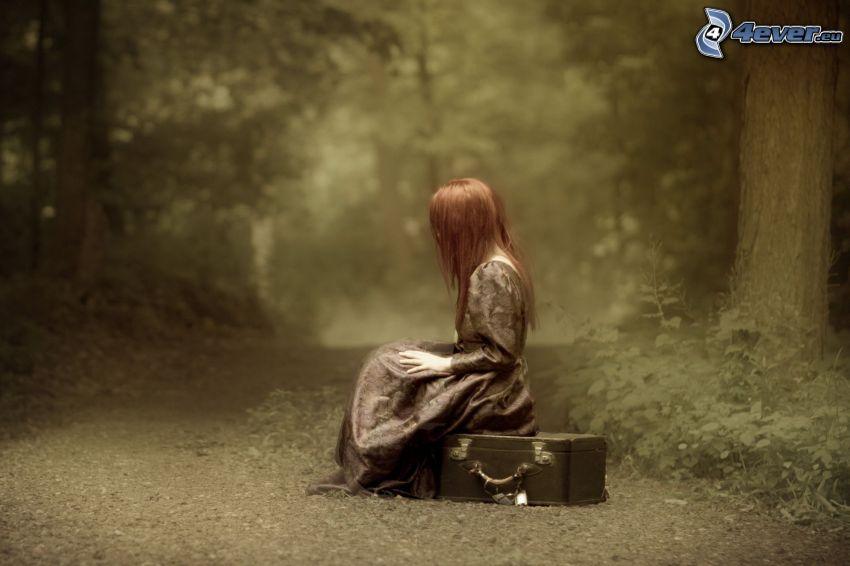 rudowłosa, walizka, leśna droga, sepia