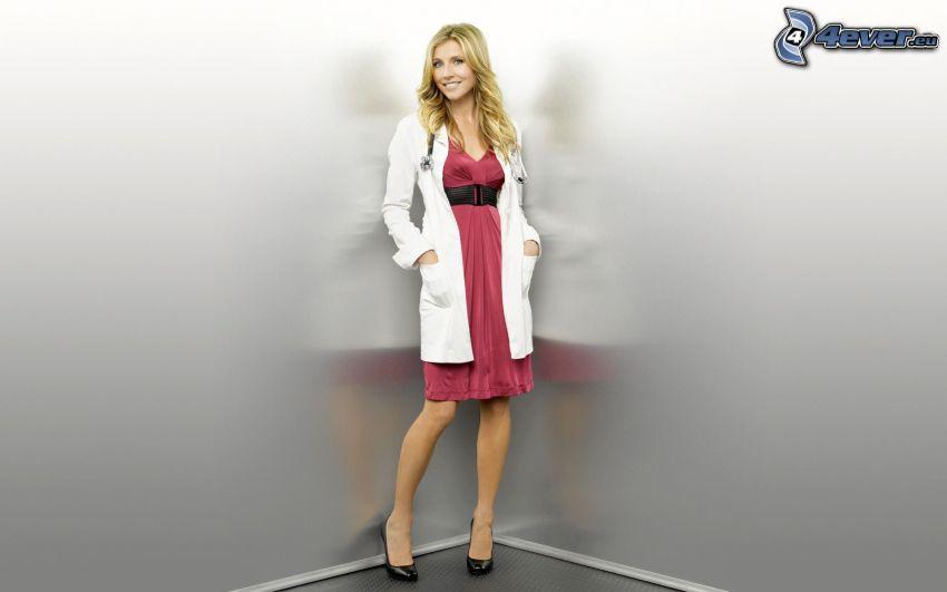 blondynka, różowa sukienka