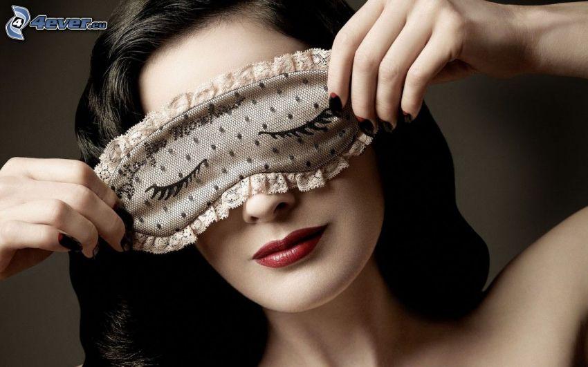 brunetka, maska na oczy