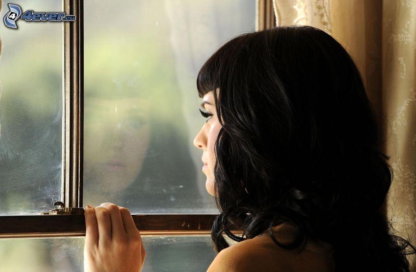 brunetka, okno
