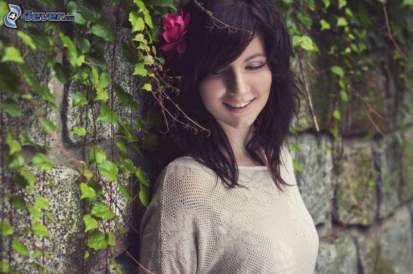 brunetka, różowy kwiat, mur