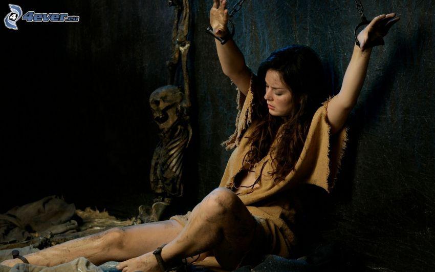 brunetka, szkielet, więzienie