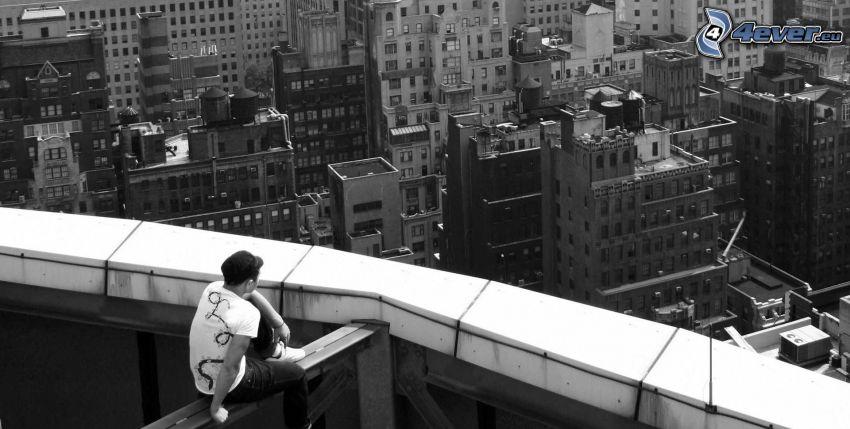 chłopak, widok na miasto, czarno-białe zdjęcie