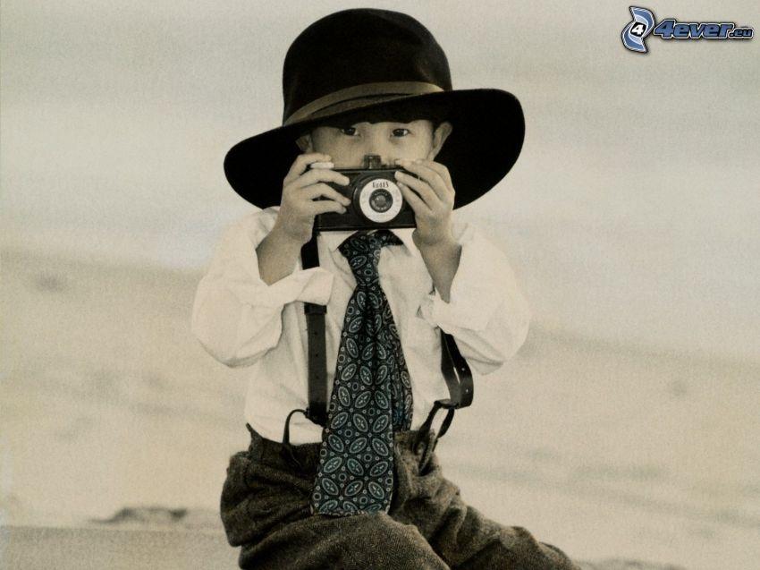 chłopczyk, aparat fotograficzny, kapelusz, krawat, czarno-białe zdjęcie