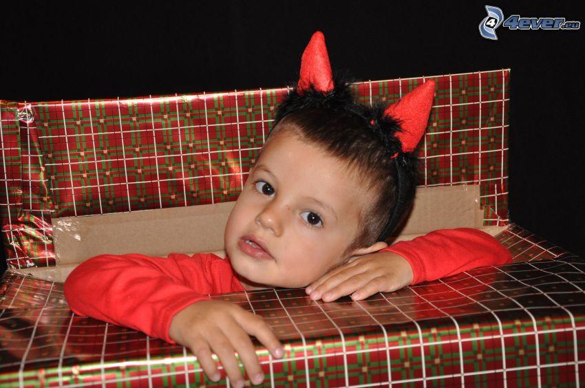 chłopczyk, diabełek, prezent, dziecko