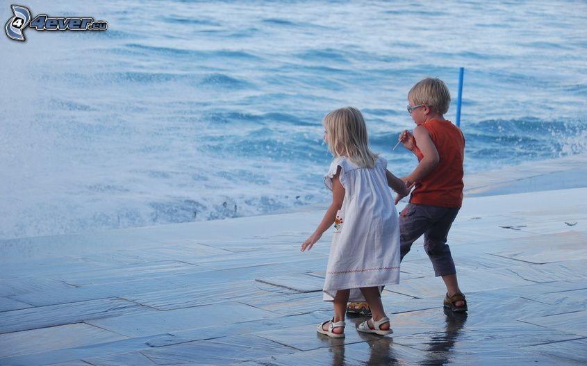 chłopiec i dziewczynka, woda