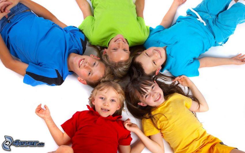 dzieci, kolorowe koszulki