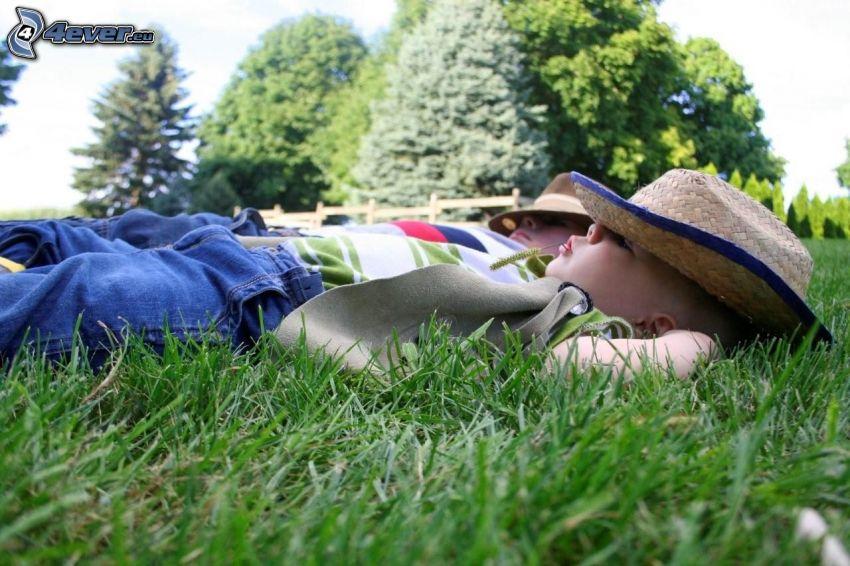 dzieci, śpiące dziecko, łąka, trawa, drzewa, kapelusz