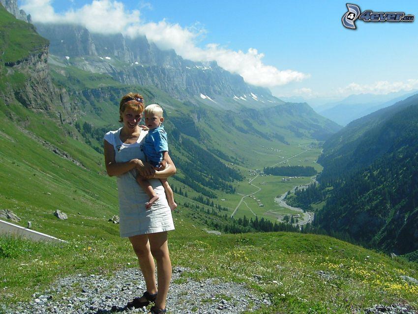 dziecko z matką, dolina, wzgórza, chmury, przyroda