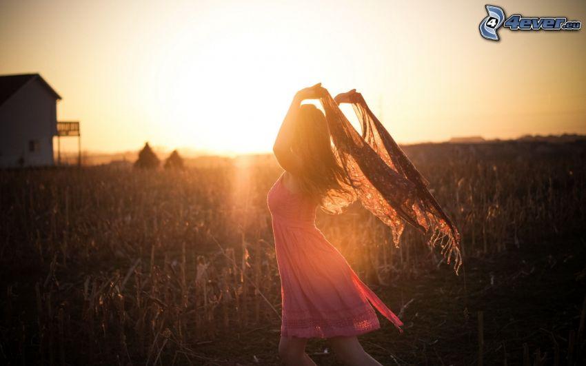 dziewczyna, różowa sukienka, słońce, pole kukurydzy