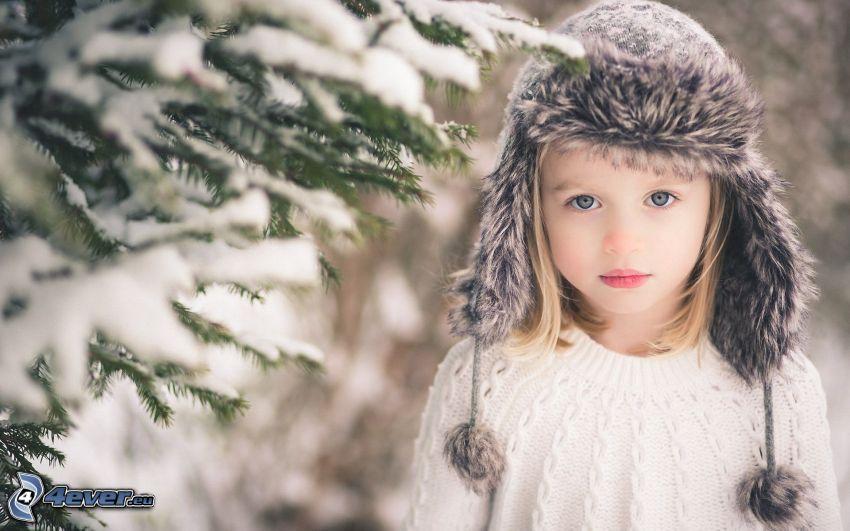 dziewczynka, czapka, iglaste gałęzie, śnieg