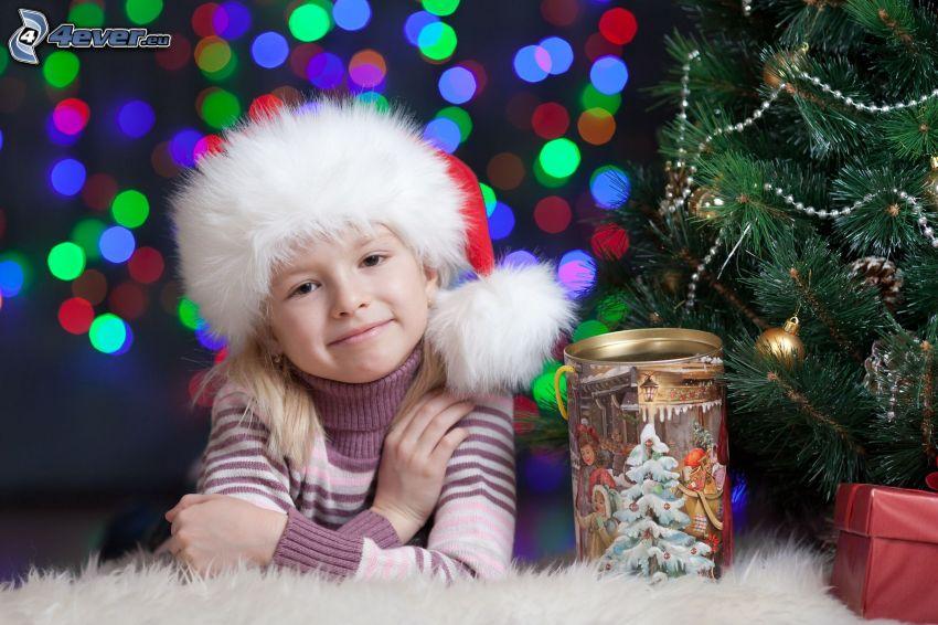 dziewczynka, czapka Świętego Mikołaja, choinka