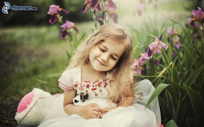 dziewczynka i króliczek, uśmiech