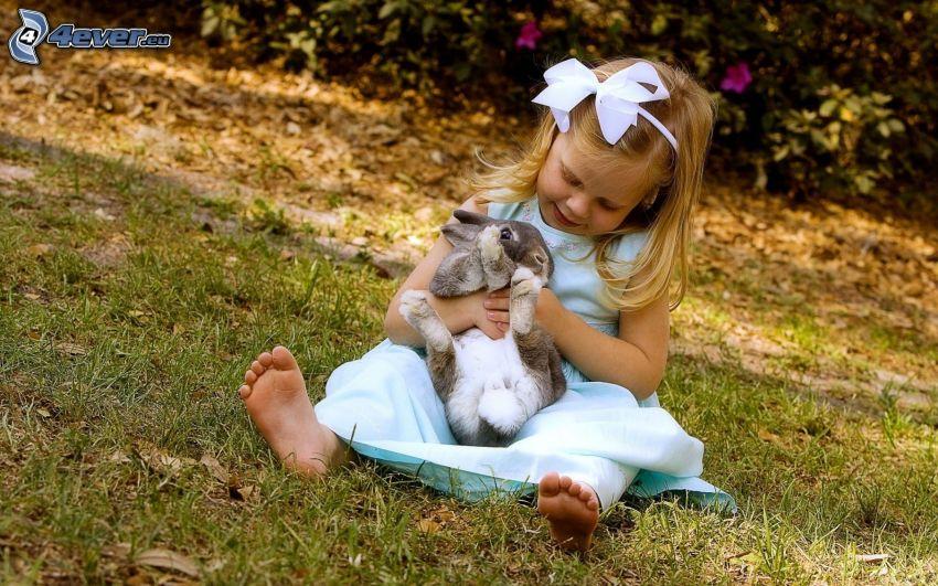 dziewczynka i króliczek, wstążka, trawa