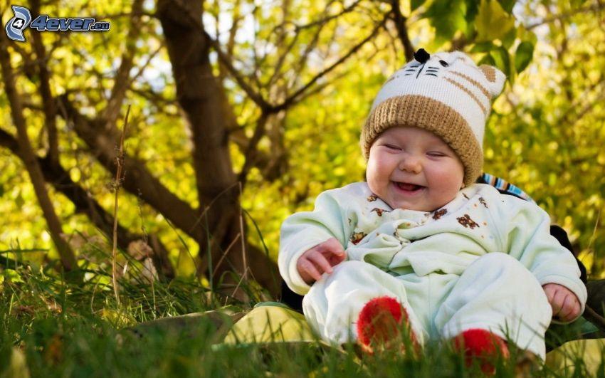niemowlaki, śmiech, trawa