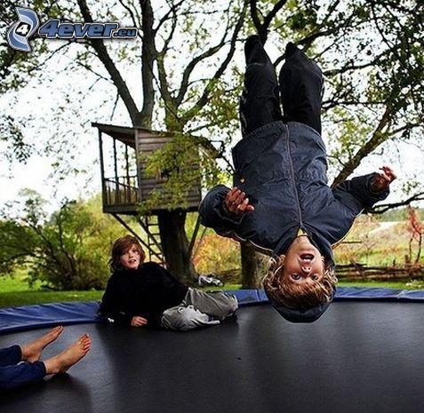 trampolina, dziecko