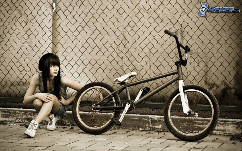 dziewczyna, rower, ogrodzenie z drutu