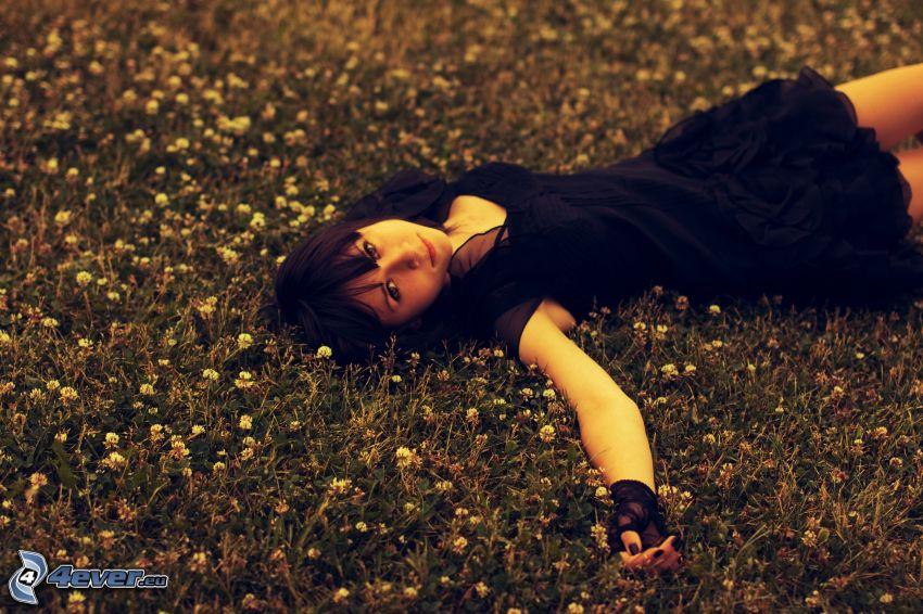 dziewczyna na łące, czarna sukienka