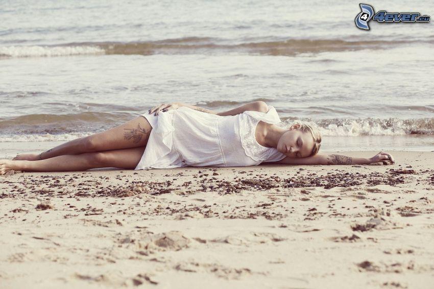 dziewczyna na plaży, spanie, morze