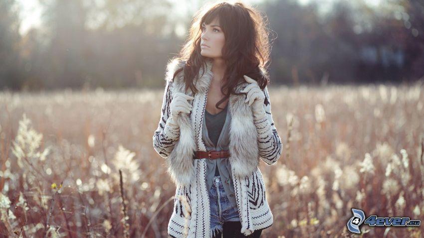 dziewczyna w polu, brunetka