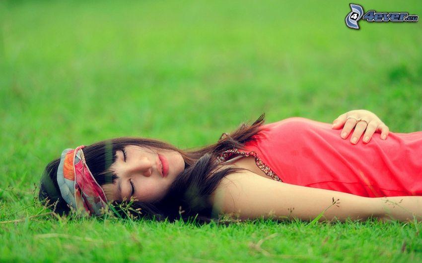 dziewczyna w trawie, spanie