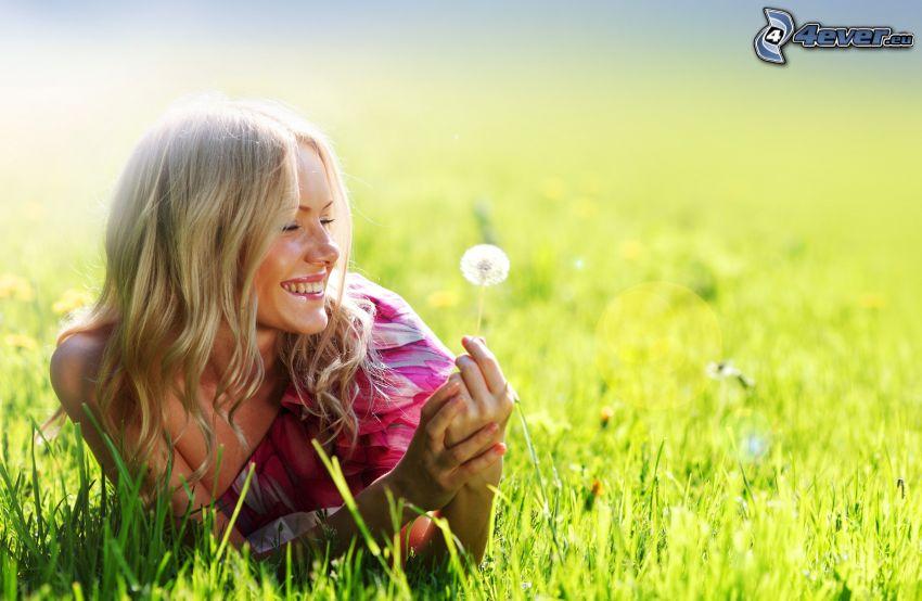 dziewczyna w trawie, uśmiech, dmuchawce