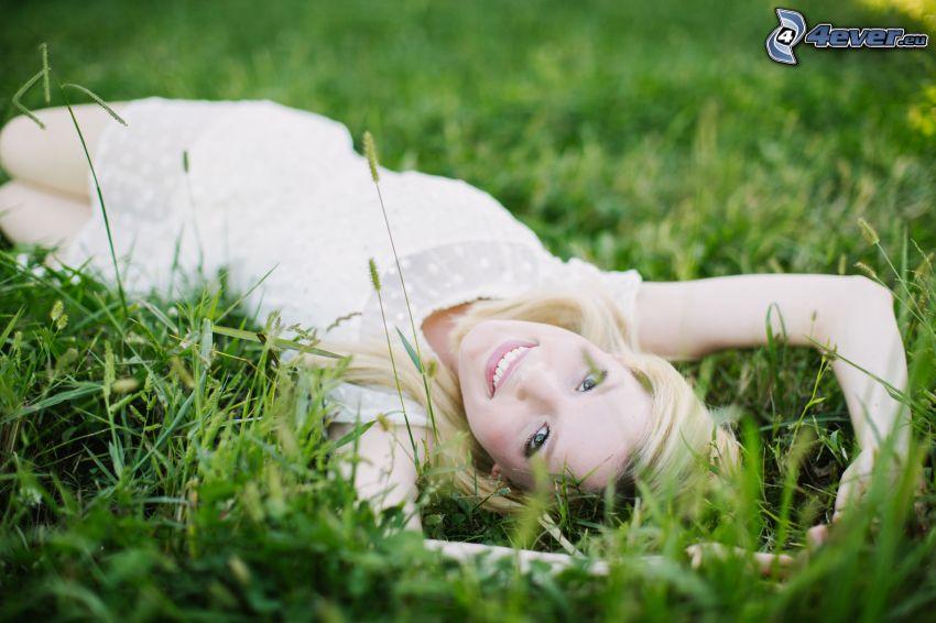 dziewczyna w trawie, uśmiech
