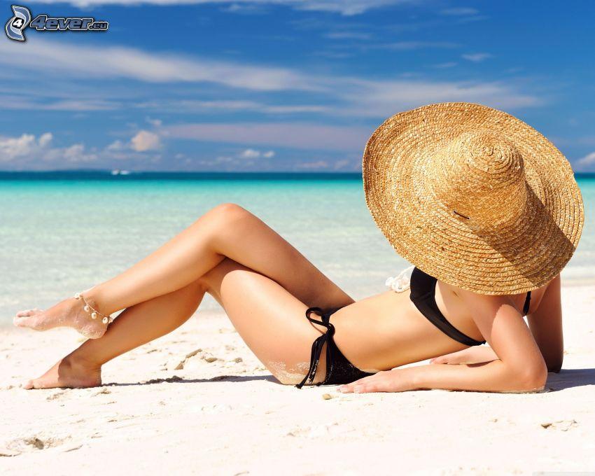 kobieta na plaży, kapelusz, morze otwarte, opalanie się