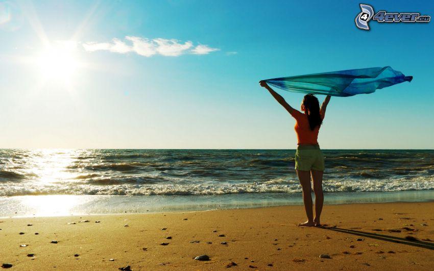 kobieta na plaży, szalik, morze, słońce