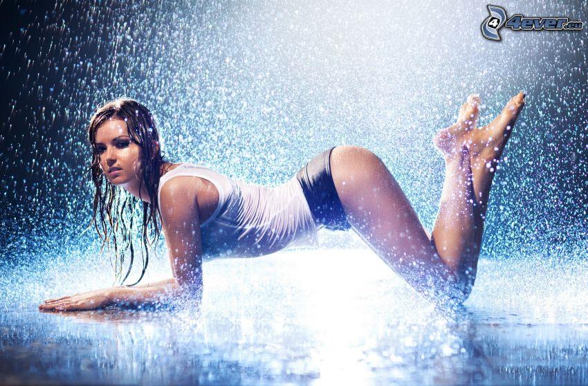 mokra kobieta, deszcz