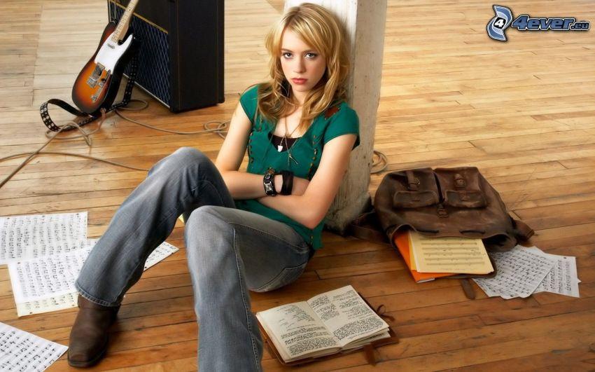 Alexz Johnson, książki, papiery, nuty, elektryczna gitara