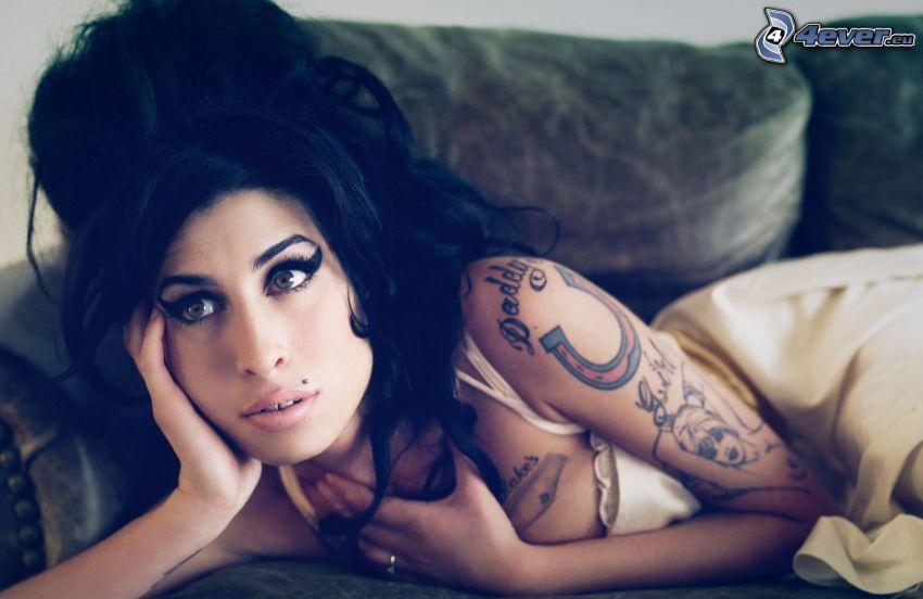 Amy Winehouse, kobieta, z tatuażem