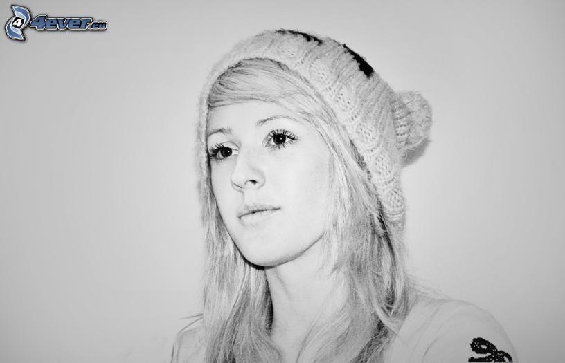 Ellie Goulding, czarno-białe zdjęcie, czapka