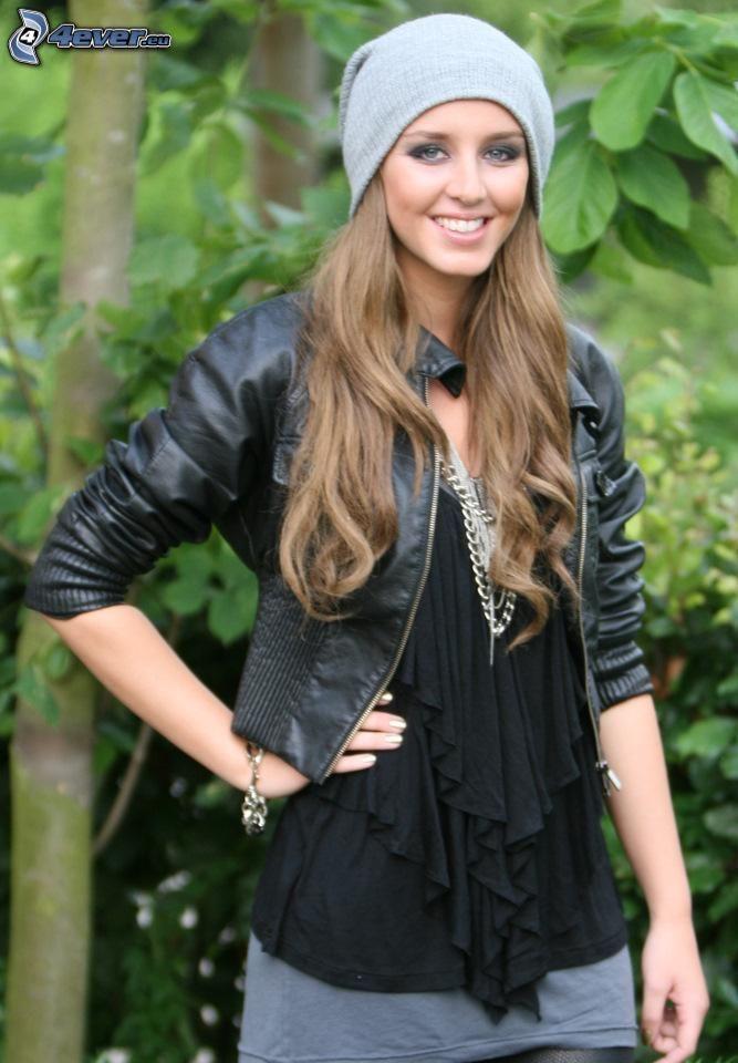 Esmee Denters, uśmiech, czapka