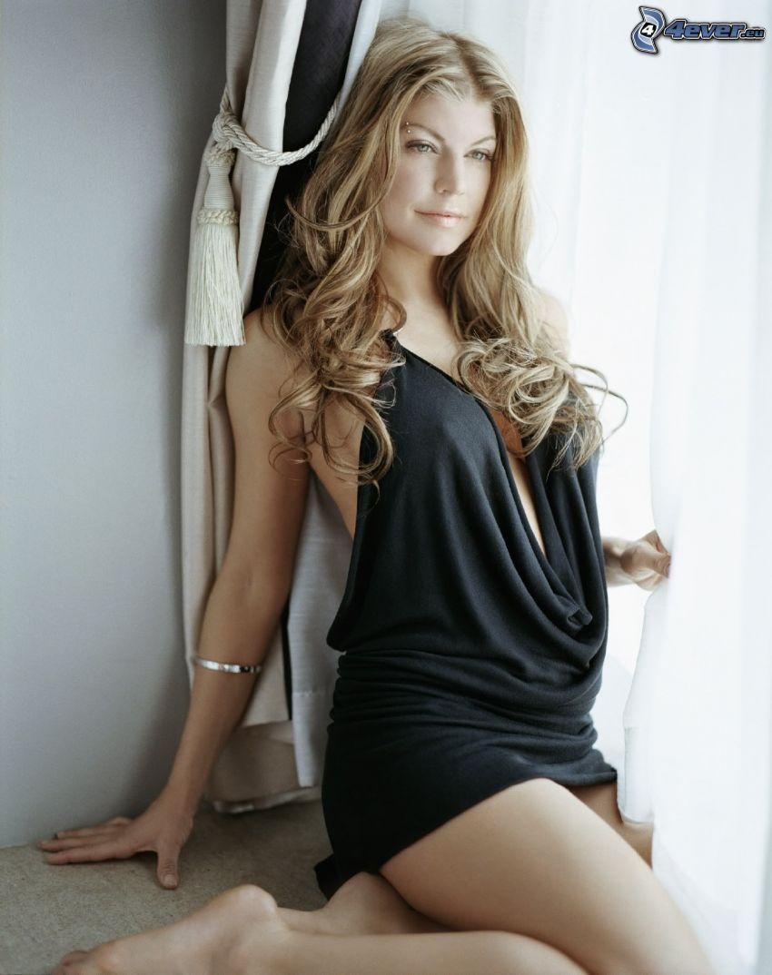 Fergie, czarna sukienka, koszula nocna