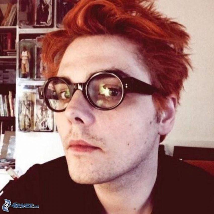 Gerard Way, mężczyzna w okularach
