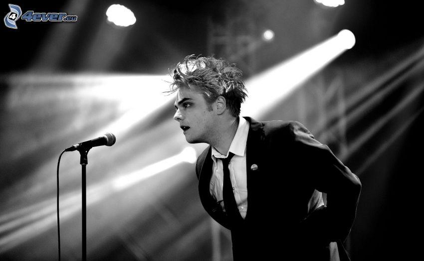 Gerard Way, mikrofon, mężczyzna w garniturze, czarno-białe zdjęcie