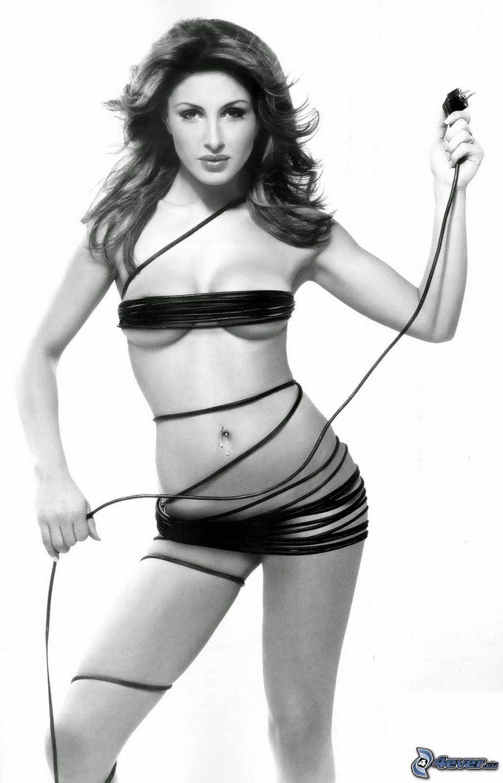 Helena Paparizou, czarno-białe zdjęcie, kabel