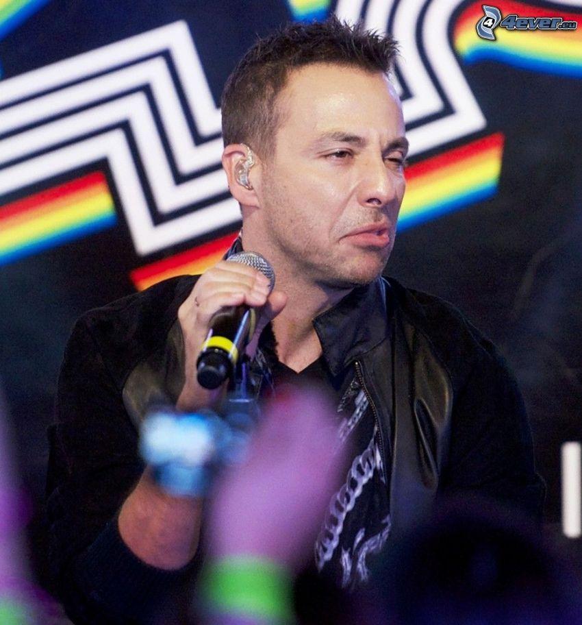 Howie Dorough, mikrofon, grymasy