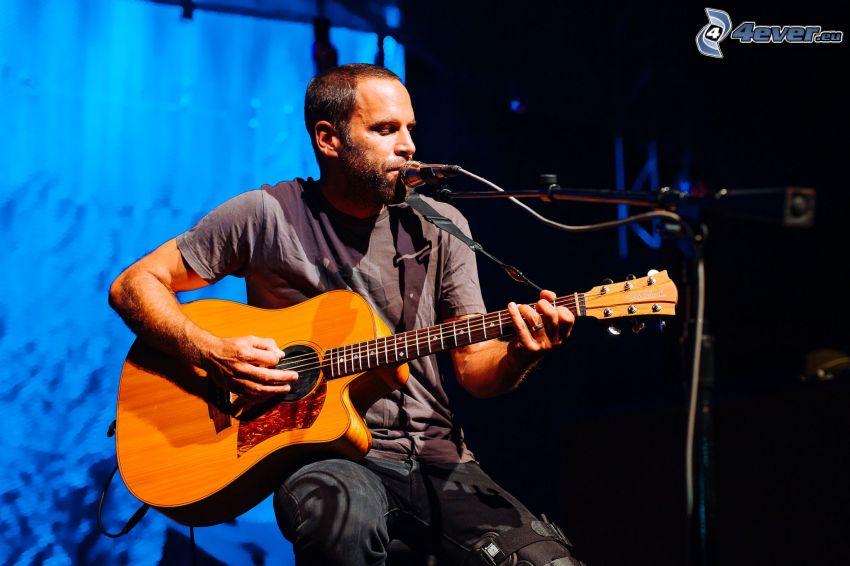Jack Johnson, śpiew, gra na gitarze