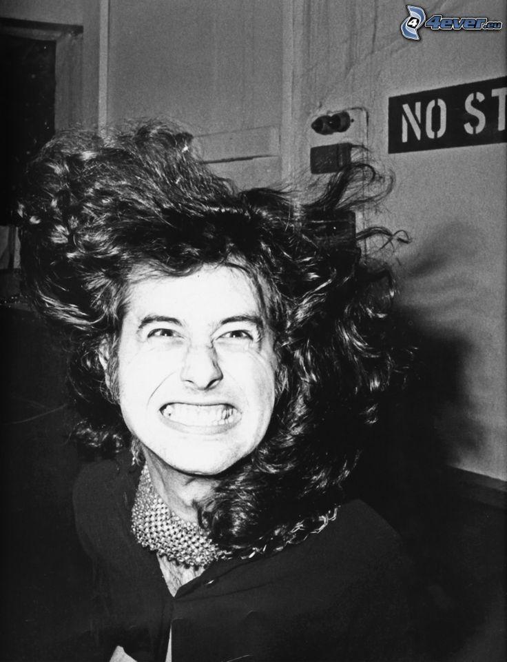 Jimmy Page, gitarzysta, śmiech, grymasy, w, młodości, czarno-białe zdjęcie