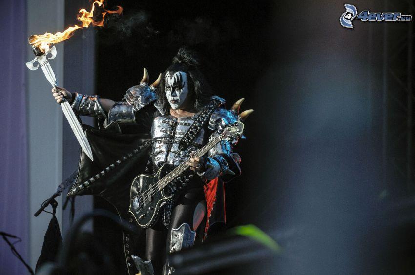 Kiss, gitarzysta, miecz